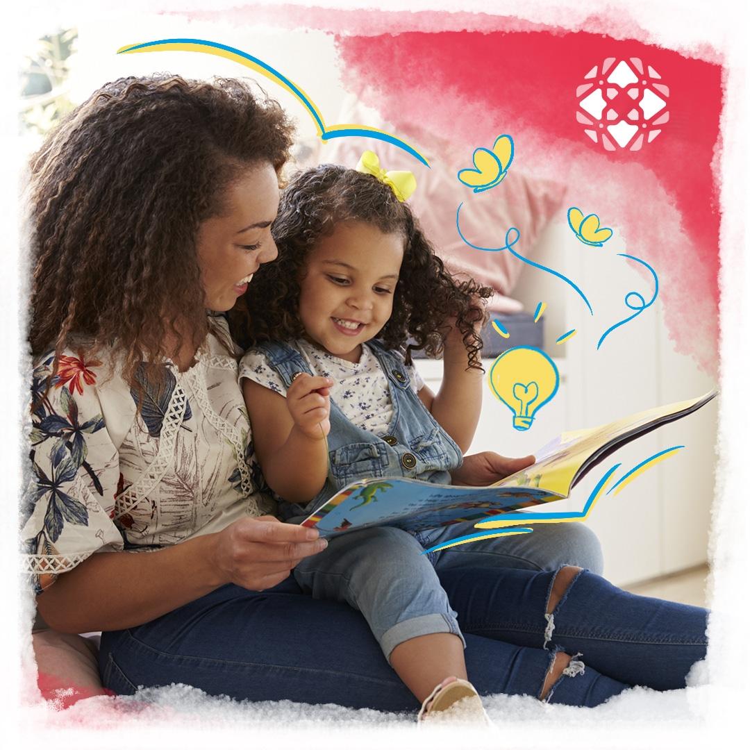 Foto de mãe e filha, de aproximadamente 4 anos, lendo um livro de teaching stories juntas. Ilustrações de borboletas e lâmpadas saindo do livro