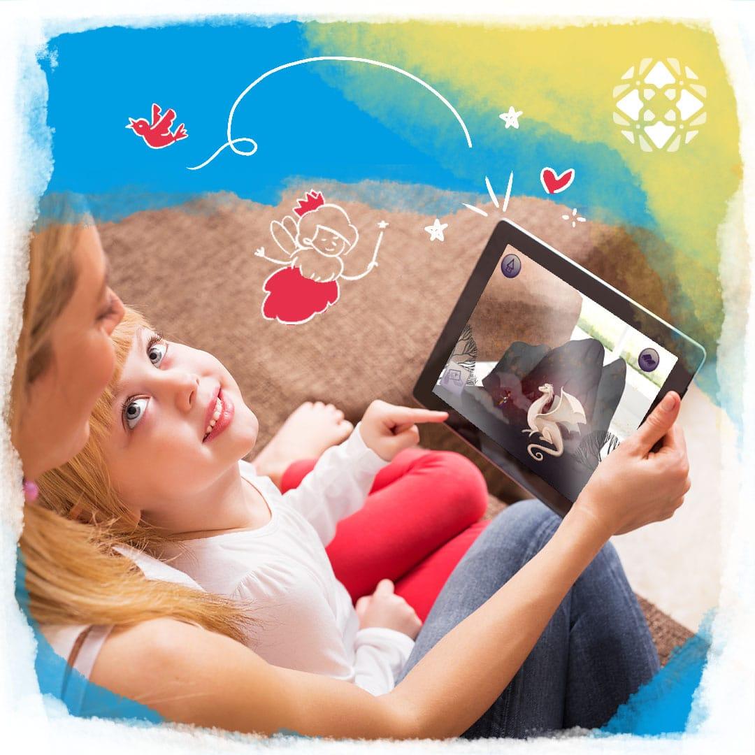 Criança no colo da mãe, que segura um tablet com o app Truth and Tales aberto numa tela. Ilustrações de passarinhos e fadas.